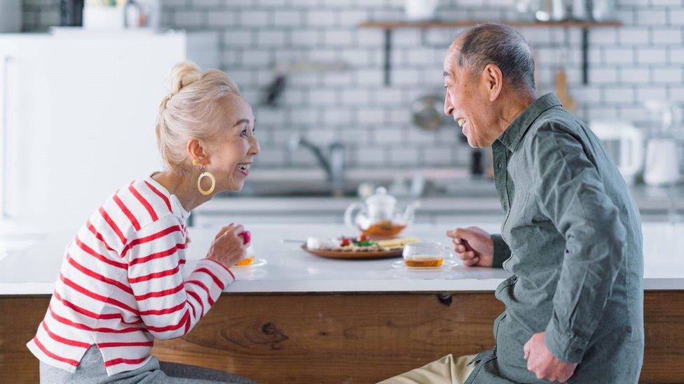 žena i muškarac razgovaraju