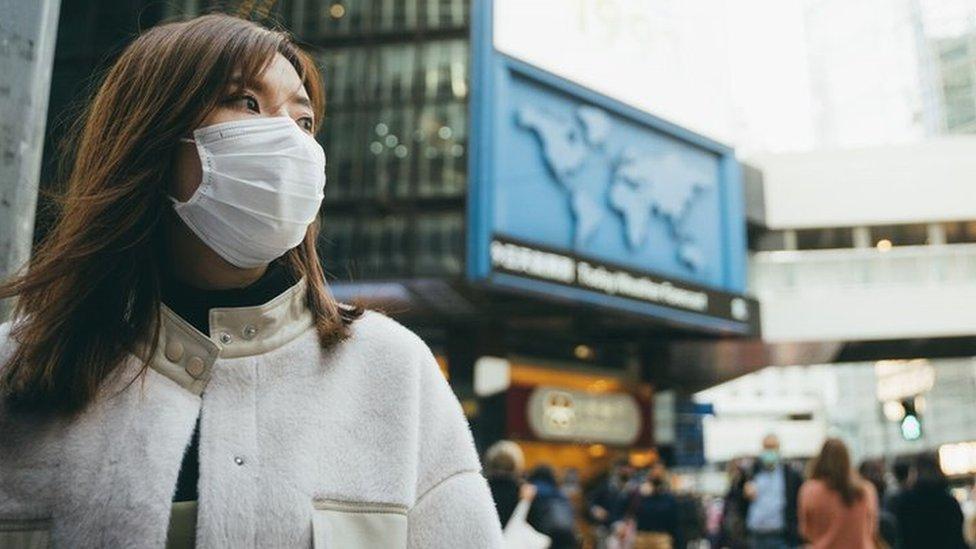 žena nosi masku