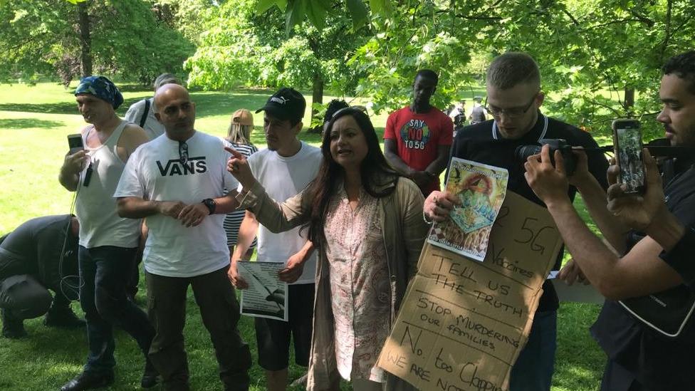 Demonstranti koji promovišu zavere o vakcinama i 5G na protestu u Sent Džejms parku u Londonu u maju