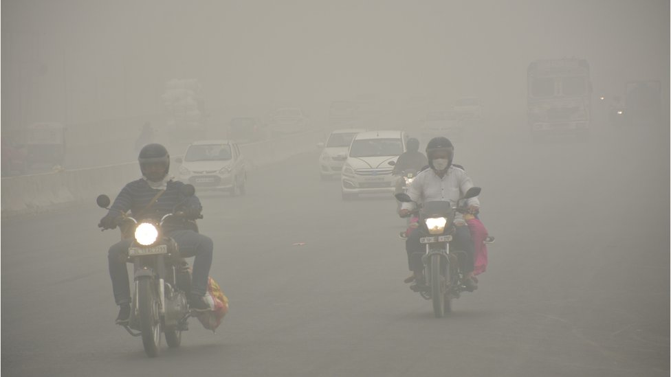 Vehicles on the road amid heavy smog on 3 November 2019 in Ghaziabad, India.