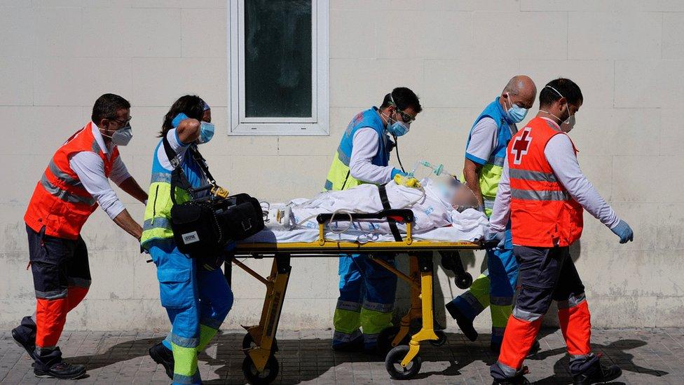 Zdravstveni radnici vode pacijenta u bolnicu