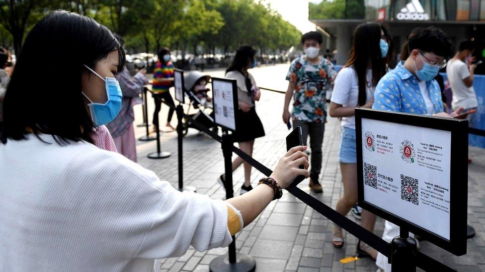 Kineski kupci preko aplikacije pokazuju dokaz da su zdravi pre nego što uđu u šoping centar