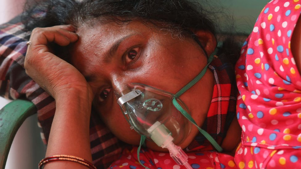 A Covid-19 patient who is suffering from breathing difficulty breaths with the help of oxygen mask outside Gurudwara. India has recorded 401,993 fresh Covid-19 cases in the first time and 3,523 deaths including 870 cases in Maharashtra and 375 in Delhi in the last 24 hours amid an oxygen crisis.
